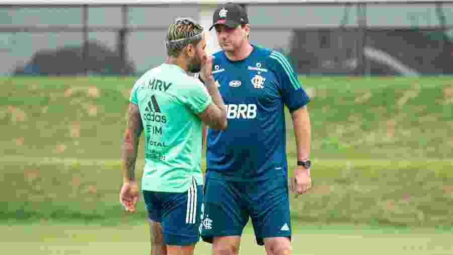 Gabigol e Rogério Ceni conversam durante treino do Flamengo no primeiro dia de trabalho do novo técnico no CT - Alexandre Vidal/Flamengo