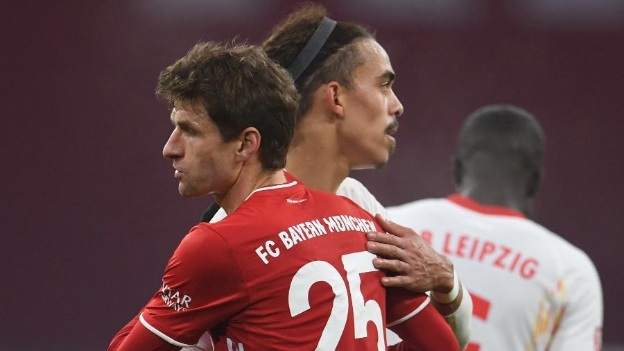 Thomas Muller abraça Yussuf Poulsen, do RB Leipzig. Meia-atacante do Bayern marcou dois gols no empate  - Andreas Gebert/AFP