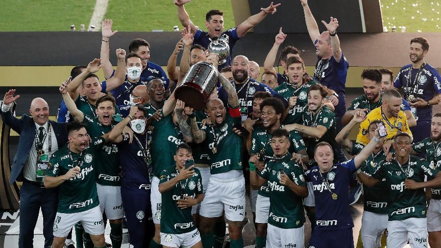 Jogadores do Palmeiras levantam o troféu da Copa Libertadores 2020, no Maracanã - Silvia Izquierdo/Getty Images