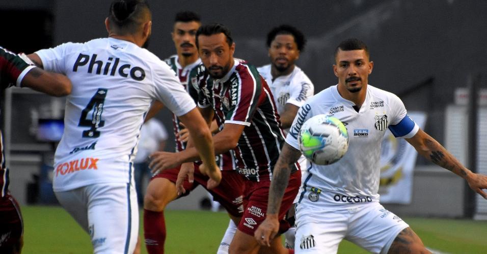 Alison e Nenê disputam a bola durante a partida entre Santos x Fluminense, pelo Brasileirão