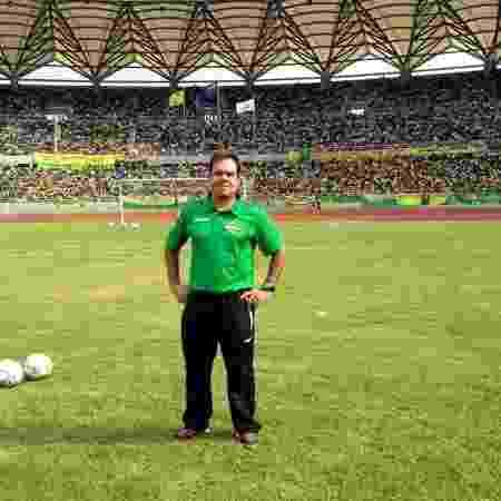 Técnico brasileiro Léo Neiva em jogo com estádio lotado na Tanzânia - Arquivo pessoal/Léo Neiva - Arquivo pessoal/Léo Neiva