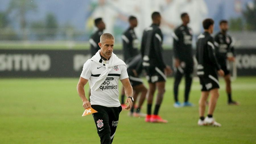 Sylvinho organiza o treino do Corinthians no CT Joaquim Grava  - Rodrigo Coca/ Ag. Corinthians