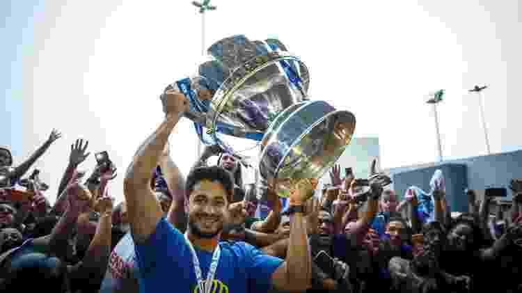Léo carrega a taça da Copa do Brasil na chegada a Belo Horizonte após o Cruzeiro conquistar o hexa do torneio - Vinnicius Silva / Cruzeiro - Vinnicius Silva / Cruzeiro