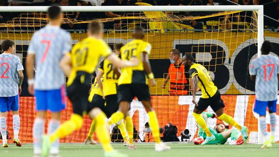 Observados por Cristiano Ronaldo, jogadores do Young Boys comemoram gol sobre o Manchester United - Arnd Wiegmann/Reuters