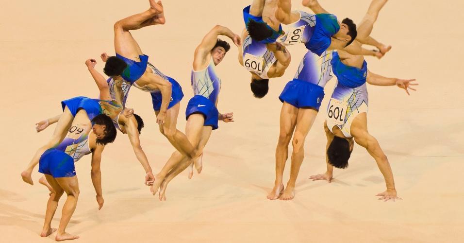 O ginasta brasileiro Arthur Mariano em sua apresentação no solo