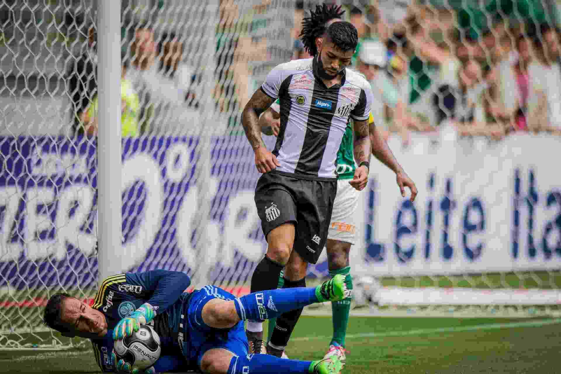 Fernando Prass fica com a bola após ataque do Santos no clássico pelo Campeonato Paulista - Eduardo Anizelli/Folhapress, ESPORTE