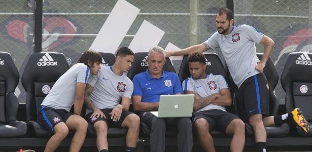 Tite conversa com Romero, Luciano, André e Danilo em treino