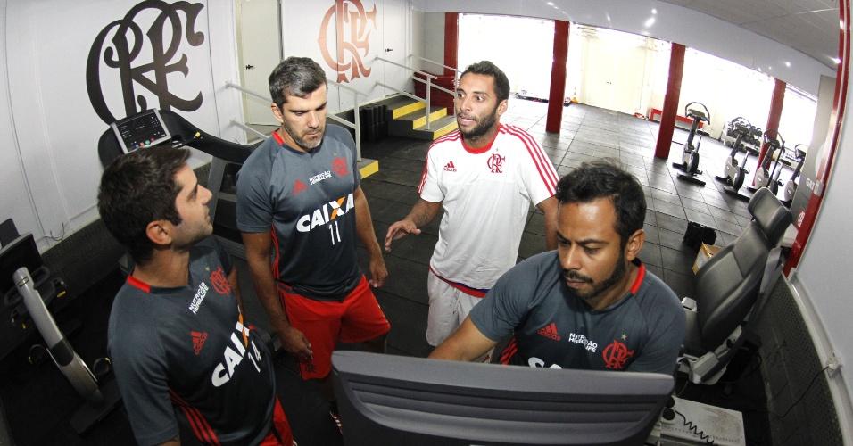 Ibson conversa com os profissionais do Flamengo após etapa de testes no CEP FLA
