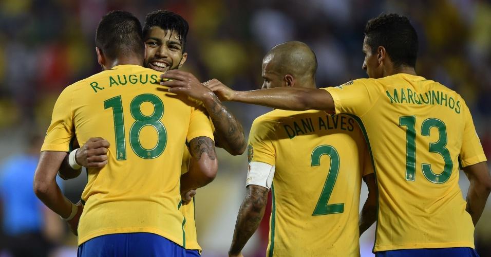 Renato Augusto é abraçado na comemoração do sexto gol do Brasil