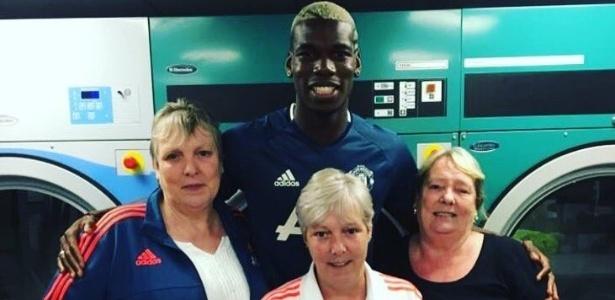 Usuário do Twitter registra encontro de Pogba, já com a camisa do Manchester United, com três mulheres