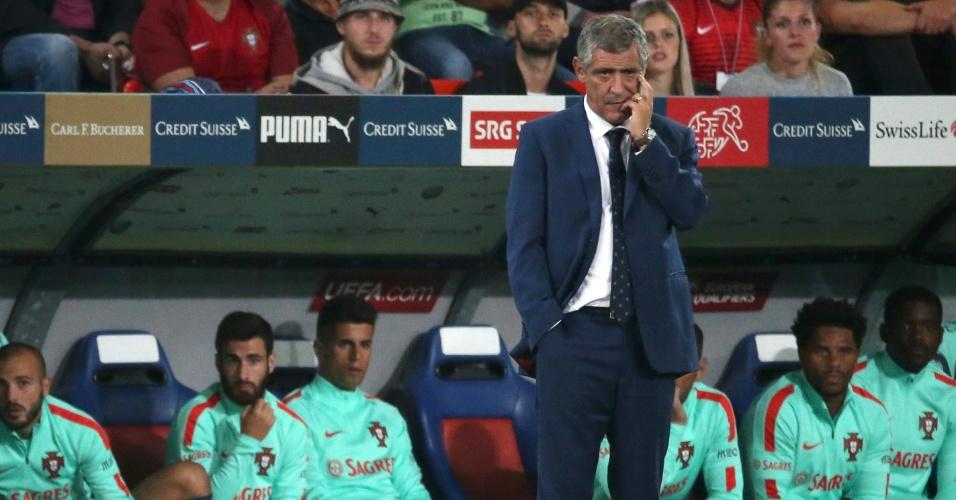 Técnico Fernando Santos acompanha a partida de Portugal contra a Suíça