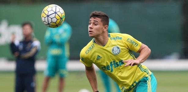 João Pedro em ação durante treino do Palmeiras