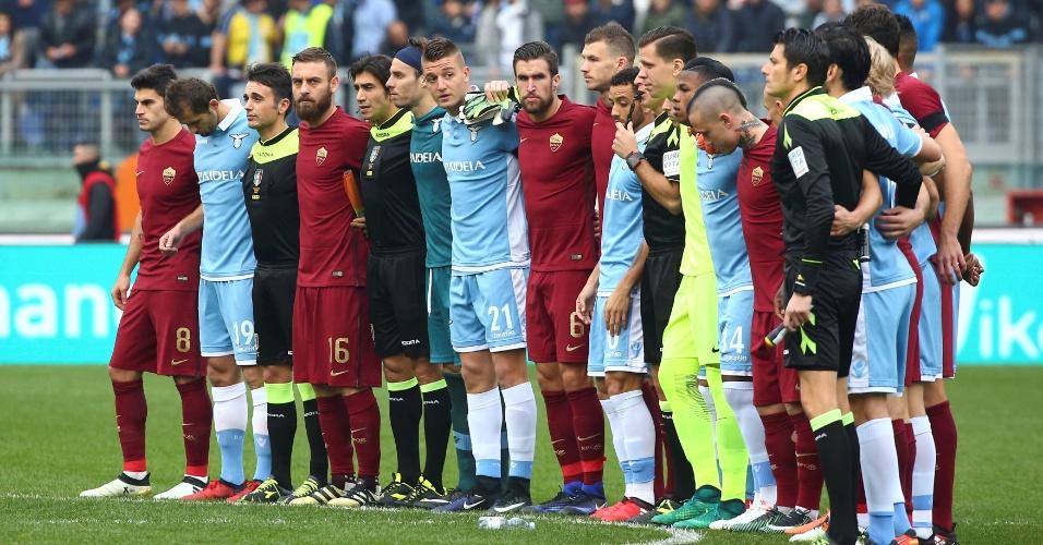 Rivais históricos, jogadores da Lazio e da Roma se abraçam antes de clássico pelo Italiano para prestar homenagem