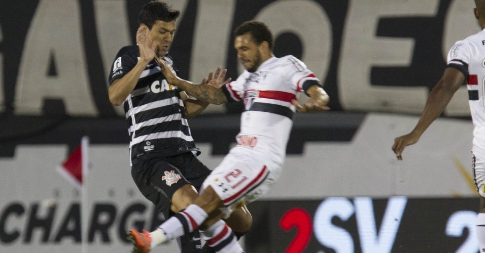 Balbuena, do Corinthians, e Wellington Nem, do São Paulo, em disputa de jogada na Flórida