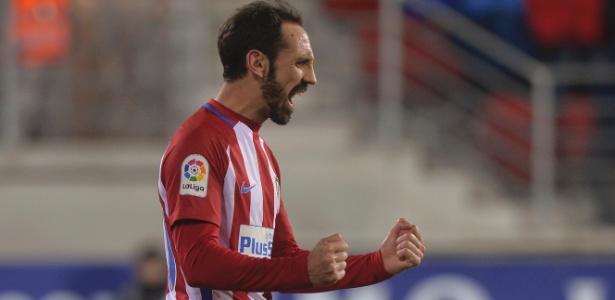 Juanfran comemora o segundo gol no empate fora de casa