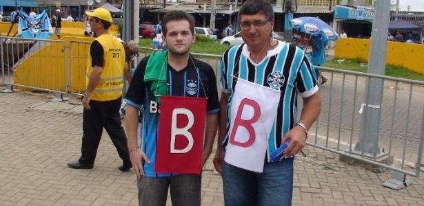 Torcedores do Grêmio com bandeiras da 'Série B' do Internacional