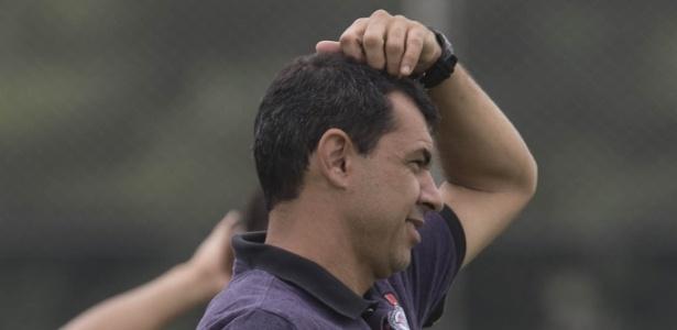 Fábio Carille coça a cabeça na véspera de Luverdense x Corinthians