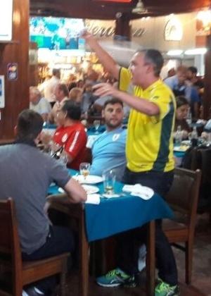 Torcedor levantou da mesa e até girou camiseta para gritar pelo Brasil - Danilo Lavieri/UOL Esporte