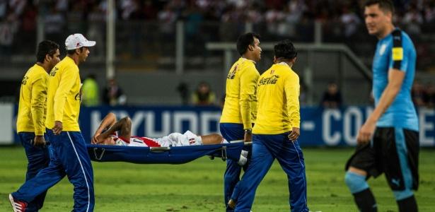 Cueva deixou a partida entre Peru e Uruguai machucado - ERNESTO BENAVIDES/AFP