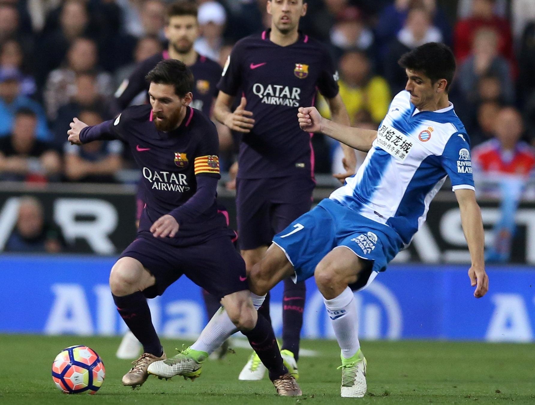 Messi corta a marcação em partida contra o Espanyol