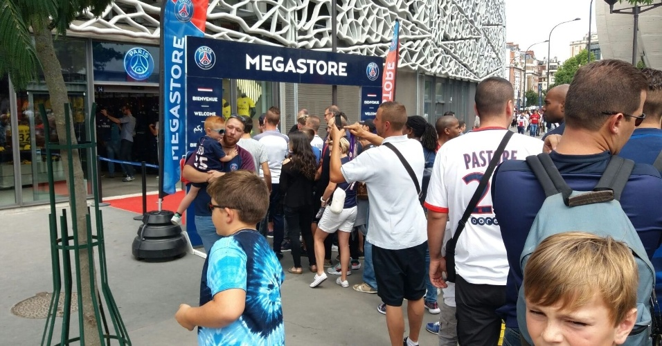 Torcedores fazem fila na loja oficial do PSG para comprara a camisa de Neymar