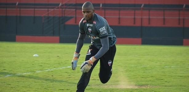 Goleiro Marcos em ação no treino do Atlético-GO