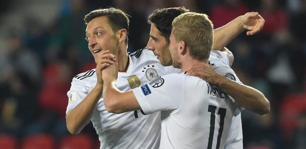 Alemães comemoram gol durante a partida contra a República Tcheca