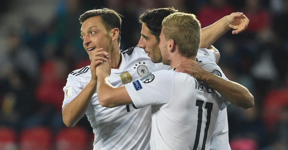 Jogadores da Alemanha comemora gol contra República Tcheca