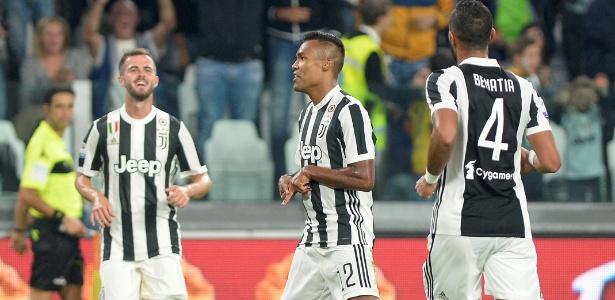 Alex Sandro comemora gol marcado pela Juventus sobre o Torino