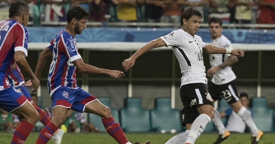 Romero carrega a bola pelo Corinthians em partida contra o Bahia