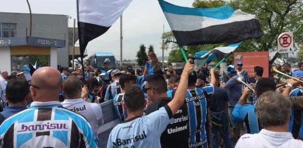 Torcida do Grêmio recebe time com festa depois de 3 a 0 sobre o Barcelona-EQU - Jeremias Wernek/UOL