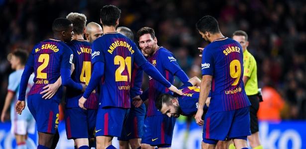 Jogadores do Barcelona comemoram o gol de Jordi Alba contra o Celta