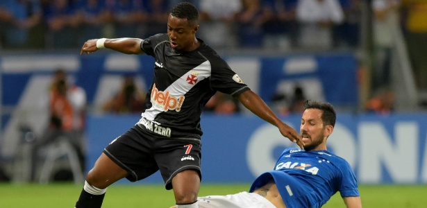 6e48d7fa13 REUTERS Washington Alves. Ariel Cabral tenta desarmar Wellington no jogo  entre Cruzeiro ...