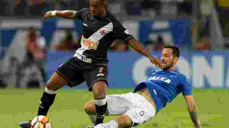Ariel Cabral tenta desarmar Wellington no jogo entre Cruzeiro e Vasco, pela Libertadores - REUTERS/Washington Alves - REUTERS/Washington Alves