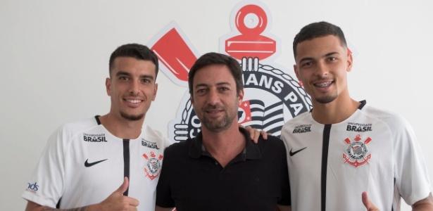 Bruno Xavier (à esquerda) e Thiaguinho posam para foto com o diretor Duílio Monteiro Alves - Daniel Augusto Jr./Agência Corinthians