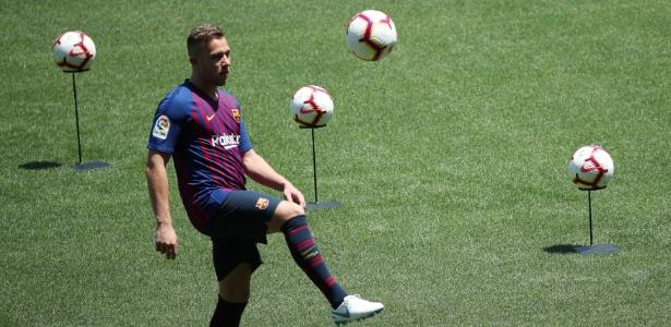 Brasileiro chega ao Camp Nou cercado de expectativa - REUTERS/Albert Gea