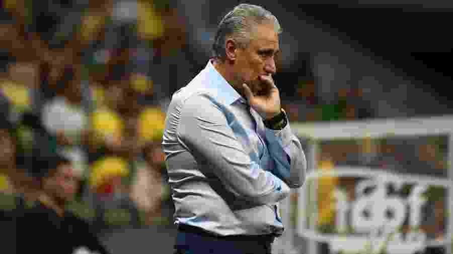 Tite observa o amistoso da seleção brasileira contra o Qatar - Mateus Bonomi/AGIF