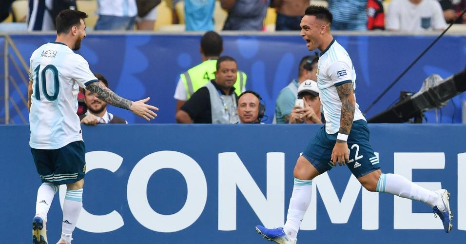 Lautaro Martínez comemora gol da Argentina com Messi