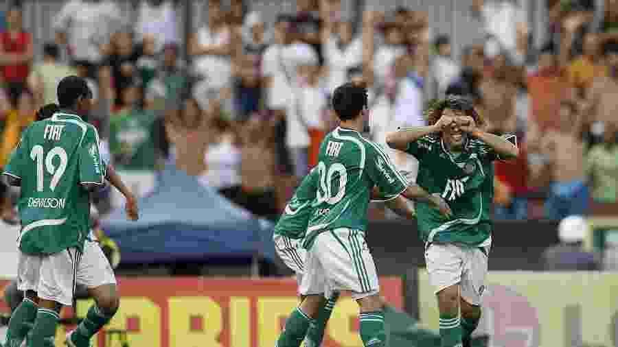 Valdivia comemora gol em 2008 - Eduardo Knapp/Folhapress