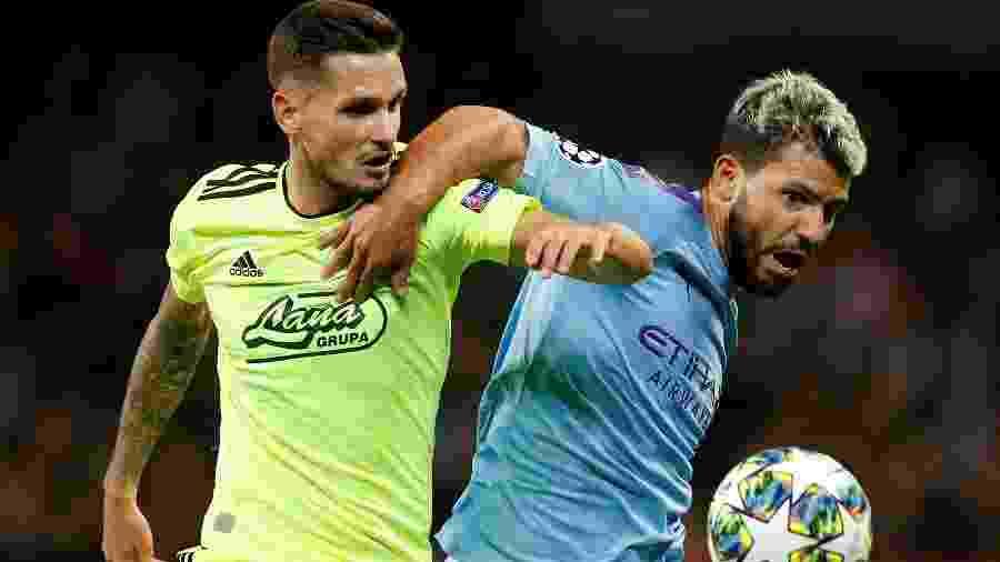 Petar Stojanovic, do Dínamo Zagreb, em disputa de bola com Sergio Aguero, do Manchester City pela Liga dos Campeões - REUTERS/Andrew Yates