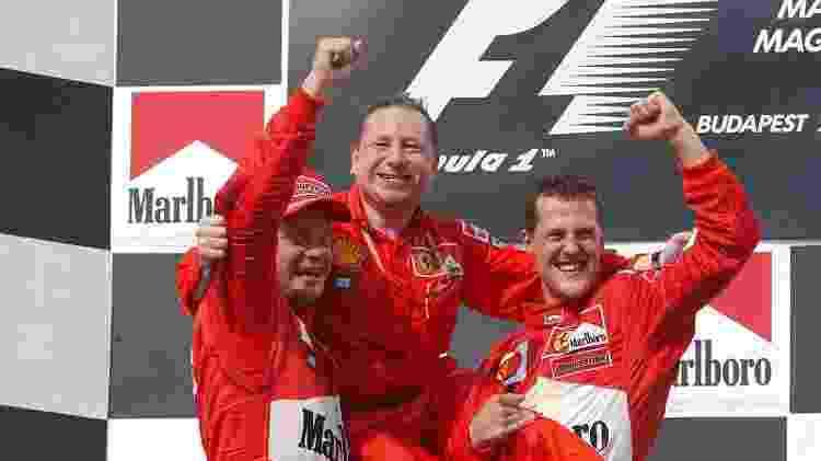 Jean Todt é levantado por Rubens Barrichello e Michael Schumacher na Hungria após título mundial conquistado pela Ferrari - Divulgação/FIA - Divulgação/FIA