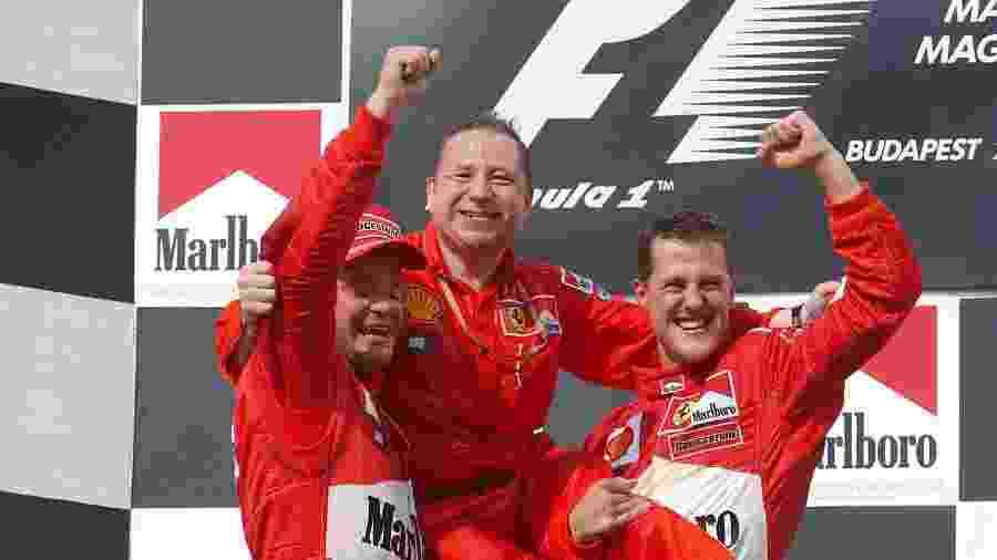 Jean Todt é levantado por Rubens Barrichello e Michael Schumacher na Hungria após título mundial conquistado pela Ferrari - Divulgação/FIA