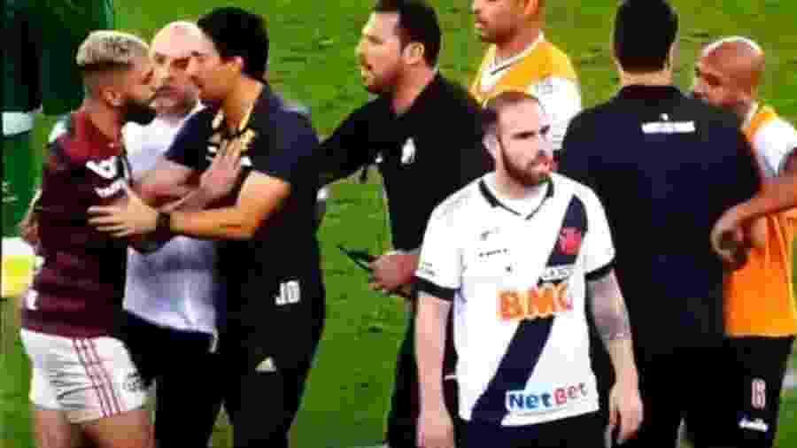 André Souza, dirigente do Vasco, agride Gabigol, atacante do Flamengo - Reprodução Premiere