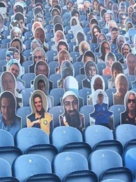 Placa com a foto de Osama Bin Laden nas arquibancadas de estádio do Leeds United - @ElliotHackney/Twitter