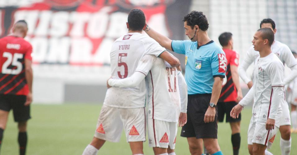 Jogadores do Fluminense comemoram gol contra marcado por Aguilar