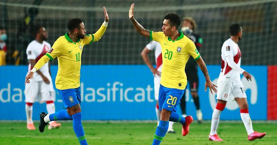 Neymar e Roberto Firmino comemoram o segundo gol do Brasil contra o Peru