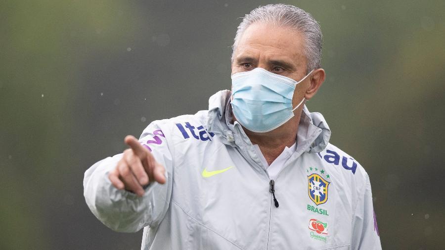 De máscara, Tite comanda treino da seleção brasileira em Teresópolis - Lucas Figueiredo/CBF