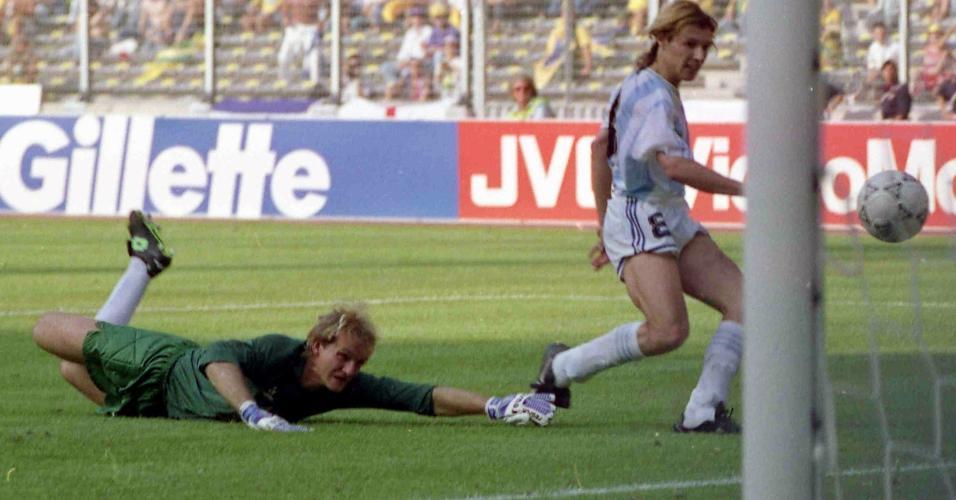 Caniggia, da Argentina, passa por Taffarel na vitória por 1 a 0 sobre o Brasil nas oitavas de final da Copa do Mundo de 1990