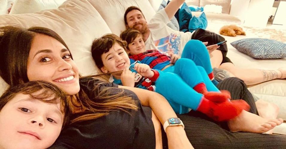 Lionel Messi acompanhado de sua família
