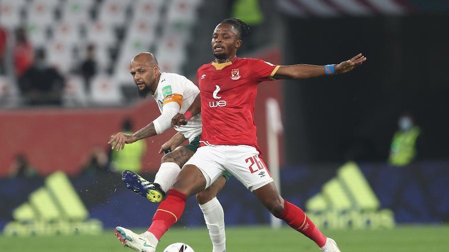 Felipe Melo e Walter Bwalya, durante a partida entre Palmeiras e Al Ahly - Picture alliance via Getty I